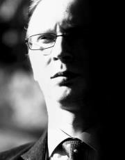 """Timo Hännikäinen on Helsingissä asuva kirjailija ja suomentaja. Tuoreimmat teokset esseekokoelma """"Ihmisen viheliäisyydestä"""" (2011) ja puheenvuorokirja """"Liberalismin petos"""" (yhdessä Tommi Melenderin kanssa, 2012). Kiinnostuksen kohteita taide, historia ja antimoderni ajattelu."""