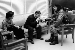 Jean-Paul Sartre ja Simone de Beauvoir Che Guevaran seurassa Kuubassa.