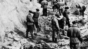 Kaivauksia Katynin metsässä 1943.