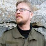 """Timo Hännikäinen (s. 1979) on Helsingissä asuva kirjailija ja suomentaja. Tuoreimmat teokset esseeteos """"Hysterian maa"""" (2013) ja esseekokoelma """"Kunnia"""" (2015). Kiinnostuksen kohteita taide, historia ja antimoderni ajattelu."""