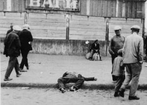 Nälkään kuollut mies Harkovan kadulla holodomorin aikana 1932.