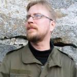 """Timo Hännikäinen (s. 1979) on Helsingissä asuva kirjailija ja suomentaja. Tuoreimmat teokset kirjoitusvalikoima """"Sanansäilä"""" (2016) ja proosateos """"Kuolevainen"""" (2016). Kiinnostuksen kohteita taide, historia ja antimoderni ajattelu."""