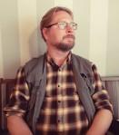 """Timo Hännikäinen (s. 1979) on Helsingissä asuva kirjailija ja suomentaja. Tuorein kirja esseekokoelma """"Pyhä yksinkertaisuus"""" (2019). Kiinnostuksen kohteita taide, historia ja antimoderni ajattelu."""